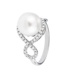 La sortija ELIOPEA es una bella y original joya donde la perla es la gran protagonista, combinada con los más selectos diamantes, en una pieza de calidad ideal para lucir en toda ocasión.