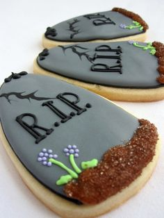 Halloween Graveyard Tombstone sugar cookies - so clever! Halloween Desserts, Halloween Cookies Decorated, Soirée Halloween, Halloween Sugar Cookies, Halloween Tombstones, Iced Sugar Cookies, Halloween Goodies, Halloween Food For Party, Cupcake Cookies