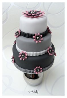 pink and gray cake. I most definitely want to make this.