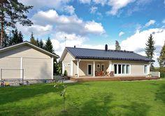 Selkeää arkkitehtuuria edustavassa Kontio Halssilassa on tilava keittiö, iso olohuone ja reilunkokoinen katettu terassi.