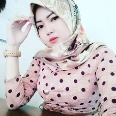 Positif thinking aja lah. Hijab Niqab, Hijab Chic, Beautiful Muslim Women, Beautiful Hijab, Hijab Prom Dress, Kilt Skirt, Islamic Girl, Plus Size Fashion Blog, Girl Hijab
