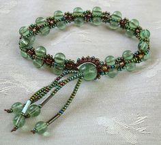 Elegant yet flirty, this micro macrame bracelet is not too difficult ...