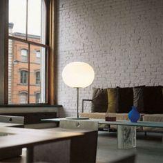 La collection Glo-Ball a été dessinée par le designer Jasper Morrison pour la marque Flos. La lampe de table Glo-Ball T est composée d'un sphére de verre soufflé blanc sur une tige en acier.