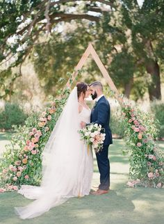 A frame floral arch wedding altar backdrop | Photography: Michelle Beller
