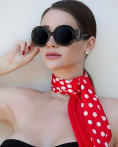 """""""Old days"""" and """"now a days"""" Ways To Wear A Scarf, How To Wear Scarves, Fashion Mumblr, Womens Fashion, Alina Lewis, Classy And Fab, Silk Neck Scarf, Vetement Fashion, Summer Scarves"""