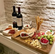 Party Food Platters, Party Dishes, Cheese Platters, Charcuterie And Cheese Board, Charcuterie Platter, Brunch Mesa, Fingerfood Party, Good Food, Yummy Food