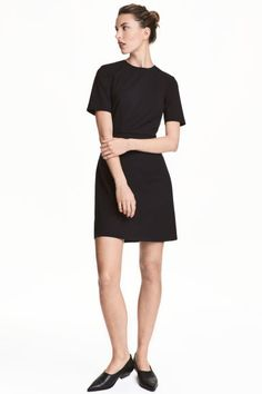 Fitted dress: Fitted, knee-length dress in a stretch weave with short sleeves, a seam at the waist and concealed zip at the back. Lined.