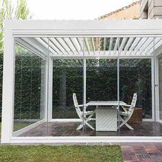 Installer une Pergola Bioclimatique pour abriter son jacuzzi Jacuzzi, Outdoor Structures, Greenhouse Effect, Drinkware, Hot Tubs