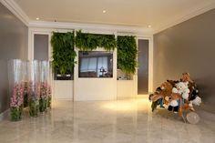 Sala de TV desenhada pela Arquiteta Brunete Fraccaroli, com destaque para a Poltrona Banquete, dos Irmãos Campana