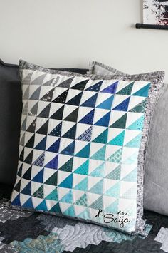 Scrap quilt pillow Ocean Quilt, Applique Cushions, Great Backgrounds, Quilted Pillow, Quilting Designs, Fun Projects, Color Change, Scrap, Throw Pillows