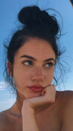 hair goals aesthetic girl freckles Ah-Malandra Pretty People, Beautiful People, Beautiful Women, Model Tips, Selfie Poses, Insta Photo Ideas, Aesthetic Girl, Aesthetic Drawing, Aesthetic Makeup