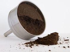 Sobras del cafe  Recogiendo los restos de café que quedan en el filtro de la cafetera y aplicarlos con la mano sobre la zona con movimientos circulares y ascendentes. De esta forma activaréis la circulación y además los efectos anticelulíticos de cualquier ejercicio los multiplicaréis.  Sirve como esfoliante para la cara