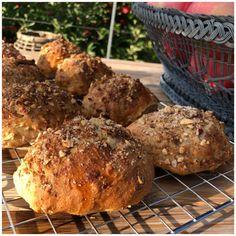 Æbleboller med sprød og knasende top - Betina Wessberg Bread Bun, Bread Cake, Baking Recipes, Cake Recipes, Vegan Recipes, Food Crush, Healthy Snacks, Brunch, Good Food