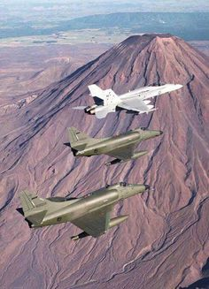 Kiwi skyhawks and an RAAF Hornet over the central north lsland Military Jets, Military Aircraft, Air Fighter, Fighter Jets, Royal Australian Air Force, Aircraft Photos, Jet Engine, War Machine, Airplanes