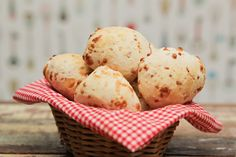 Te mostramos como fazer uma receita de pão de queijo super fácil com apenas 3 ingredientes.
