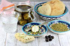 A continuación te explico cómo preparar labneh, un queso cremoso hecho a base de yogur muy típico de la cocina de Oriente Medio.