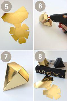 Fold dine egne DIY-diamanter af lækkert pap. Vælg nogle flotte toner, fx guld, sølv og sort. Print derefter vores skabelon her. Og så er det ellers at gå i gang med at folde! Du kan til slut vælge at pynte diamanten ekstra, ved at sætte en snor med perler på. Eller måske bruge diamanterne som …