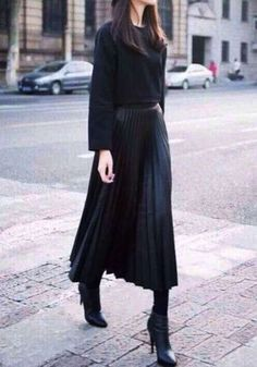 16 Feminine Pleated Midi Skirt Outfits For Fall And Winter 2 - Styleoholic Look Fashion, Winter Fashion, Fashion Outfits, Skirt Fashion, Fashion Trends, Skirt Outfits, Cute Outfits, Looks Street Style, All Black Outfit
