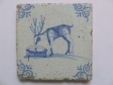 Antieke tegel - Fabel van het spiegelend hert (Zeldzame afbeelding)