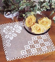 Tapete filet crochet work with diagrams Crochet Dollies, Crochet Doily Patterns, Crochet Squares, Crochet Motif, Crochet Designs, Knit Crochet, Filet Crochet, Crochet Chart, Thread Crochet