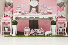 painel de tecido com bexigas 1 mesa de 1,80 cm 2 aparadores rosa bolo cenografico 2 vasos de flores artificiais itens decorativos em feltro e pelucia tapete de grama vasos de chão bandejas e porcelanas