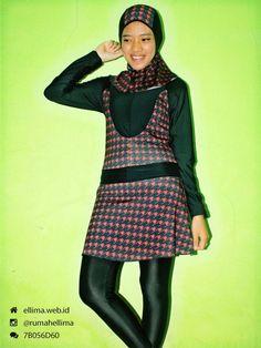 Kode: BRMD201423, Harga: IDR 185.000. Baju renang muslimah dewasa berwarna dasar hitam kombinasi warna merah motif abstrak. Unik, modis dan elegant. Model baju dan celana renang terpisah, dilengkapi jilbab. Resleting disisipkan di depan baju untuk memudahkan pemakaian.