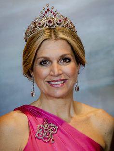 Royaler Schmuck: Königin Máxima hat für ein Staatsbankett in Canada das Pfauenschwanzdiadem mit passenden Ohrringen und einer Brosche angelegt. Alle Schmuckstücke sind mit Rubinen besetzt und passen damit perfekt zur Robe der niederländischen Königin.