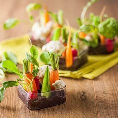 Petits jardins à croquer – Ingrédients : 1/2 botte de carottes,1/2 botte de radis,1/2 concombre,1/2 chou-fleur,100 g de tapenade