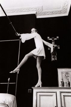 Twiggy wearing a white minidress by Foale and Tuffin. Photo by Cecil Beaton, Black and white heaven Twiggy, Alexa Chung, Vogue, Vanity Fair, 1960s Fashion, Vintage Fashion, Style Fashion, Image Basket, Swinging London