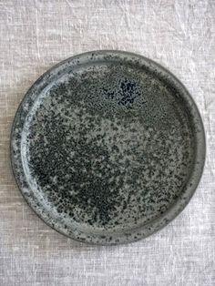 Tableware : デンマークの工房「スタジオ・ウルツ」のグレーのプレート Pottery Plates, Ceramic Pottery, Rustic Plates, Ceramic Pots, Pottery Sculpture, Elegant Home Decor, Plates And Bowls, Teller, Handmade Pottery