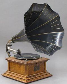 Fonógrafo Victrola Gracias a este aparato la gente pudo por fin disfrutar de la música en su hogar.
