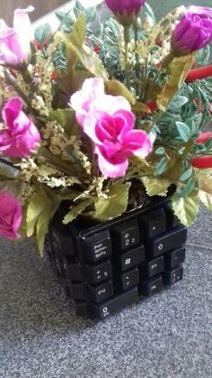 Olha esse vaso com teclas de um teclado velho *--*