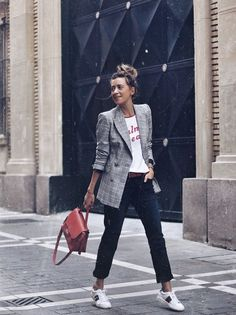inspiration | outfit | fashion | look | street style | blogger style | details | blazer | checks | print tee | statement shirt | red | spring | picture by lookandchic |