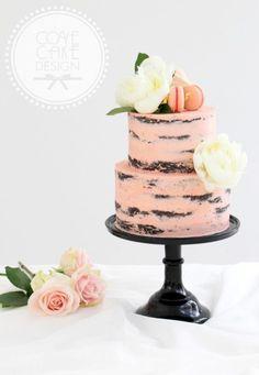 Una confección de Cove Cake Designs con peonias blancas y macarons. Rosa en dos pisos para este pastel de bodas redondo y nada tradicional.