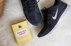 21 Genius Hacks for Fixing Ruined Clothes Pour a little bit of baking soda in your sneakers after a workout to soak up the sweat and eliminate odor. Fashion Articles, Fashion Advice, Fashion Hacks, Baking Soda Shoes, Smelly Shoes, Red Wine Stains, Stain On Clothes, Clothing Hacks, Going To The Gym