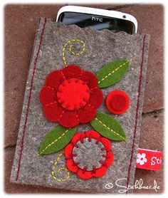 Wool felt designs in all variants – Tatjana Hobrlant – Join in the world of pin Felted Wool Crafts, Felt Crafts, Fabric Crafts, Felt Phone Cases, Felt Case, Felt Embroidery, Felt Applique, Pochette Portable, Felt Decorations