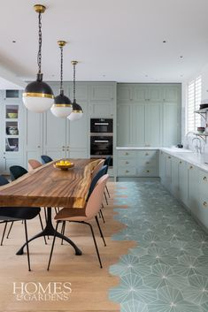 Cat Dal Interiors use a subtle combination of Scandi chic and quintessential British charm. Art Deco Kitchen, Home Decor Kitchen, Kitchen Interior, Kitchen Ideas, Open Plan Kitchen Dining Living, Living Room Kitchen, Open Plan Living, Grey Kitchens, Home Kitchens
