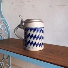 ヴィンテージ ビールマグ/Goebel ゲーベル社/ピューター蓋付き|陶器製の人形や置物などで世界的に有名な「Goebel ゲーベル社」の陶器ビールジョッキです!ゲーベル社は1871年創業の老舗陶器メーカー。そのゲーベル社は食器などの製造の中でこんなクールなマグも作っていたんです。ネイビーに近い深めのブルーのチェック柄が素敵ですね!ビールジョッキとして豪快に飲むもよし、カラフルなキャンディーなどを入れるキャニスターとしてもおススメです!