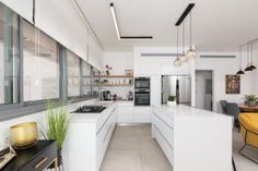 עיצוב פנים מטבחים   עיצוב מטבחים תמונות   in design - עיצוב פנים Kitchen Cabinets, Interior Design, Studio, Home Decor, Nest Design, Decoration Home, Home Interior Design, Room Decor, Cabinets