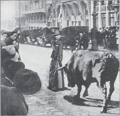 una foto que refleja el momento en el que el torero 'Fortuna' entró a matar a un toro que se escapó por Madrid y sembró el terror en la Gran Vía. El torero lidiò al morlaco con su abrigo hasta que le trajeron su estoque, que lo tenía en su vivienda, en la cercana Calle Valverde.
