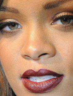 Celebrity photos that are really close-up. Celebs with bad skin, nose jobs, hair transplants, bad teeth. Rihanna Face, Rihanna You, Best Of Rihanna, Rihanna Looks, Rihanna Style, Rihanna Fenty, Celebrity Makeup Looks, Celebrity Faces, Celebrity Photos