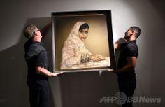 ニューヨーク(New York)の競売大手クリスティーズ(Christie's)で行われた競売の前に展示されるマララ・ユスフザイ(Malala Yousafzai)さんの肖像画。ジョナサン・ヨー(Jonathan Yeo)氏作(2014年5月14日撮影)。(c)AFP/Timothy A. CLARY ▼15May2014AFP|マララさん肖像画、1000万円で落札 NGOに寄付へ http://www.afpbb.com/articles/-/3014971 #New_York #Christies #Portrait_of_Malala_Yousafzai #Jonathan_Yeo
