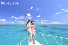 真っ青なサンゴ礁の海をバックに記念撮影… チャーターボートで巡るアイランドホッピングがオススメです。