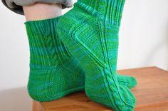 Knitting socks from toe Knitting Stitches, Knitting Socks, Knitting Patterns Free, Free Knitting, Crochet Socks Pattern, Knit Crochet, Bed Socks, Slipper Socks, Slippers