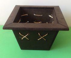 Cachepo rústico feito em madeira com detalhe em sisal, ideal para fazer arranjos florais