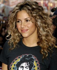 hair Curly shakira - Natural Curly Hairstyles Ideas To Look Special - Fave HairStyles Curly Hair With Bangs, Curly Hair Cuts, Short Curly Hair, Curly Hair Styles, Natural Hair Styles, Hairstyles With Bangs, Cool Hairstyles, Shakira Hairstyles, Trending Hairstyles