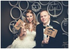 Dobre akcesoria to podstawa udanej fotobudki - tu piękne tabliczki dla Pani Młodej i Pana Młodego :: Great Wedding Photobooth