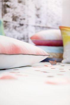 Une touche de pluie, stylisme déco et création d'objets poétiques, des coussins tie and dye teints à la main par Les Trafiquantes