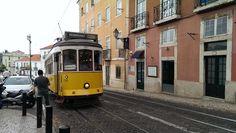 De beroemde gele tram van #Lissabon. Maak absoluut een ritje in tram 28!