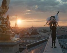 Οι στέγες της πόλης του φωτός, ο Πύργος του Άιφελ και η Όπερα, όλα σε σε ένα μαγευτικό και άκρως ρομαντικό βίντεο. Απολαύστε το!